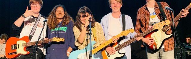 エイグロン・カレッジのロックバンドのカッコいいパフォーマンス!